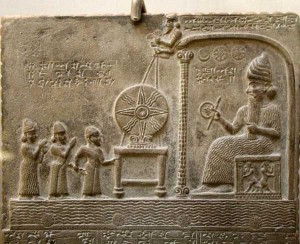 لوحة تمثل الإله شمش أو شماش وهو الاسم الذي كان يطلق على إله الشمس عند البابليين و هو يقدم قرص الشمس