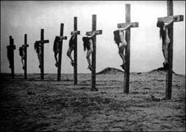 أمهات أرمنيات معلقات على الصليب عاريات تم صلبهن اثناء الإبادة من قبل الجنود الأتراك. موقع الإعدام في صحراء دير الزور -سوريا .
