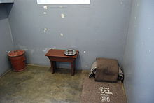 220px-Nelson_Mandela's_prison_cell,_Robben_Island,_South_Africa[1]