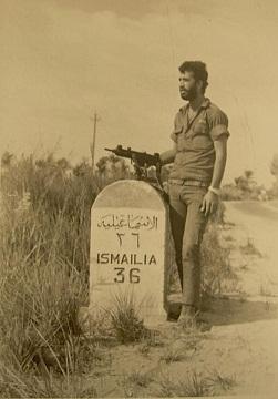 جندي إسرائيلي أثناء الطريق للإسماعيلية و من بعدها للسويس.