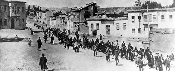 طابور من المعتقلين الأرمن.